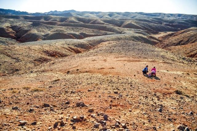 Cha mẹ chở con gái đi khắp hoang mạc tìm sóng di động để học trực tuyến - 6