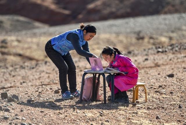Cha mẹ chở con gái đi khắp hoang mạc tìm sóng di động để học trực tuyến - 7