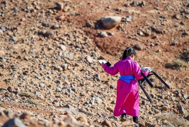 Cha mẹ chở con gái đi khắp hoang mạc tìm sóng di động để học trực tuyến - 8