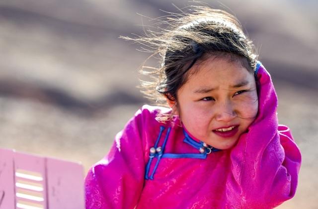 Cha mẹ chở con gái đi khắp hoang mạc tìm sóng di động để học trực tuyến - 9