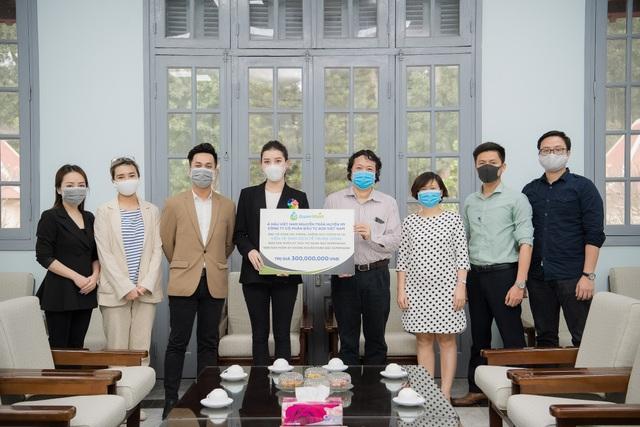 Huyền My ủng hộ 2.000 chai gel rửa tay, xịt kháng khuẩn chống dịch Covid-19 - 3