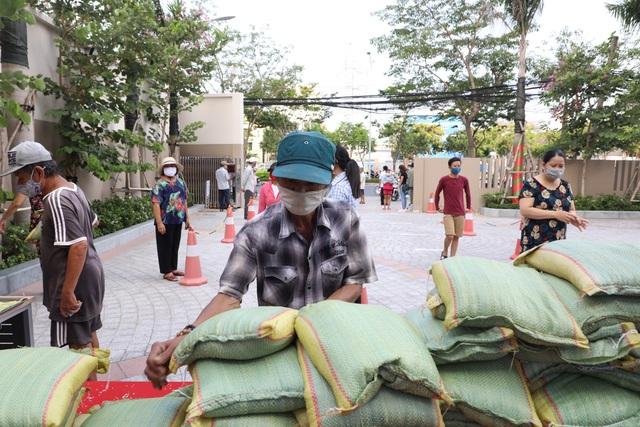 """Trường đại học chung tay giúp 4.000 người nghèo qua """"ATM gạo"""" miễn phí - 4"""