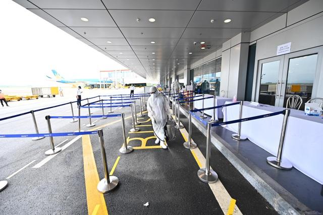 308 kỹ sư Samsung từ Hàn Quốc hạ cánh xuống sân bay Vân Đồn - 6