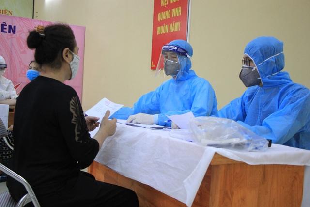 Hà Nội: Gần 300 người xét nghiệm nhanh Covid-19 tại chợ Long Biên - 9