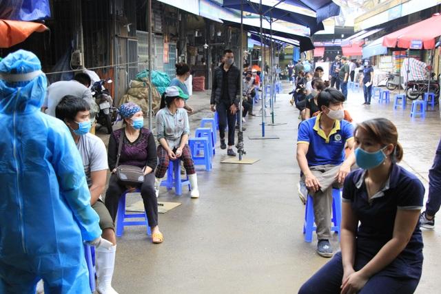 Hà Nội: Gần 300 người xét nghiệm nhanh Covid-19 tại chợ Long Biên - 5