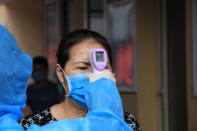 Hà Nội: Gần 300 người xét nghiệm nhanh Covid-19 tại chợ Long Biên - 1