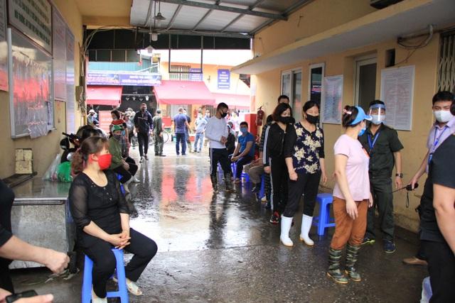 Hà Nội: Gần 300 người xét nghiệm nhanh Covid-19 tại chợ Long Biên - 4