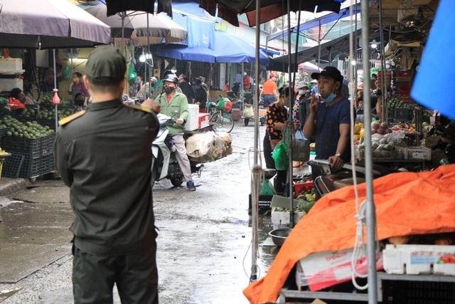 Hà Nội: Gần 300 người xét nghiệm nhanh Covid-19 tại chợ Long Biên - 2
