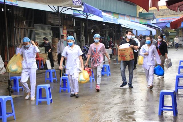 Hà Nội: Gần 300 người xét nghiệm nhanh Covid-19 tại chợ Long Biên - 3