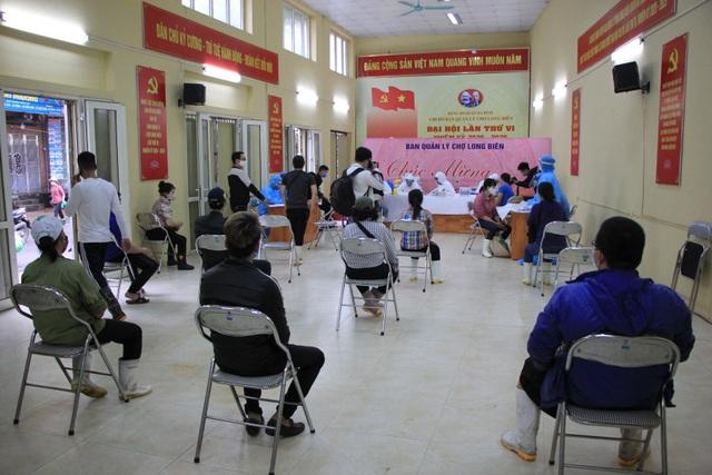 Hà Nội: Gần 300 người xét nghiệm nhanh Covid-19 tại chợ Long Biên - 7