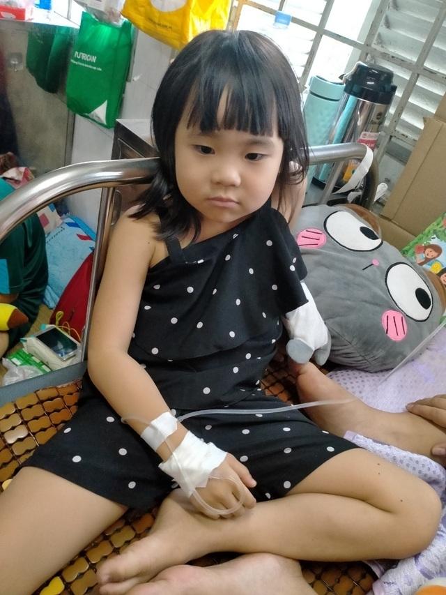 Bạn đọc Dân trí giúp đỡ bé gái ung thư hơn 148 triệu đồng - 1