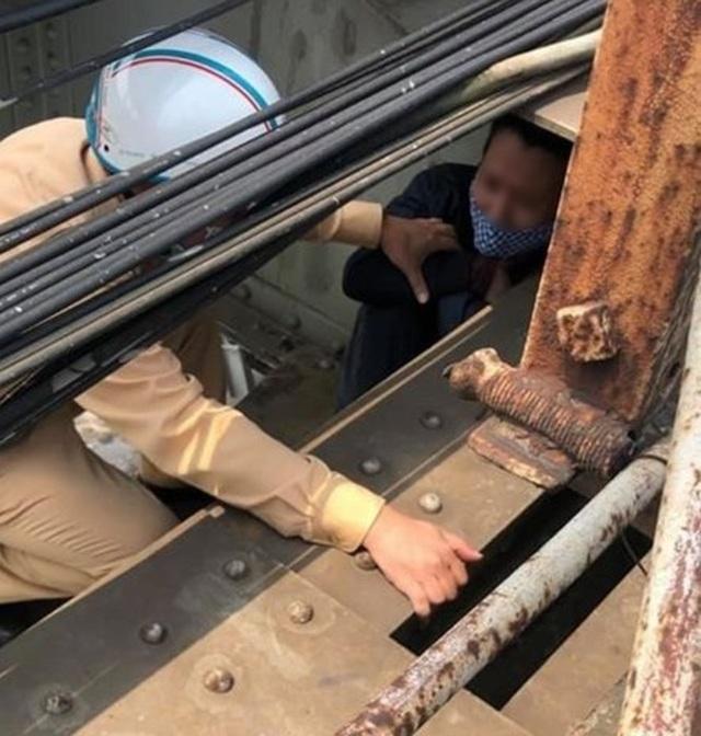 Chốt kiểm dịch kịp thời ngăn cản người đàn ông định nhảy cầu Long Biên - 1