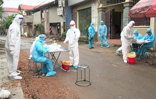 Xét nghiệm Covid-19 cho hơn 1.300 người ở Thường Tín - 8