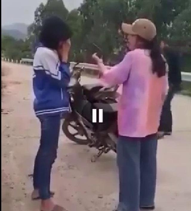 Triệu tập nhóm nữ sinh dùng mũ bảo hiểm đánh bạn - 1
