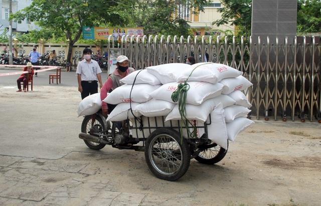 """Trường THPT đặt """"ATM gạo"""" tặng lương thực cho người nghèo - 9"""