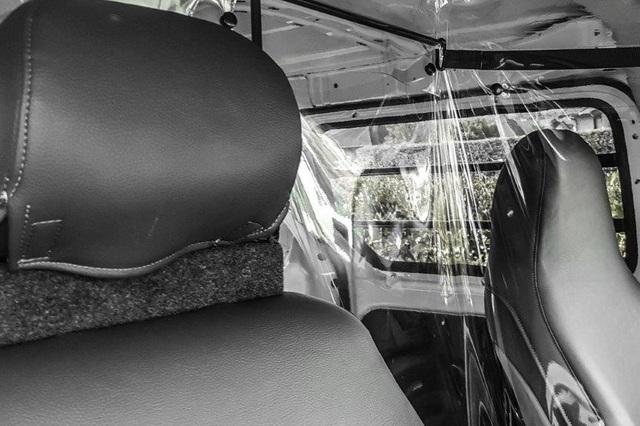 Chiêu độc thời Covid-19: Tự chế vách ngăn trong suốt trên ô tô - 4