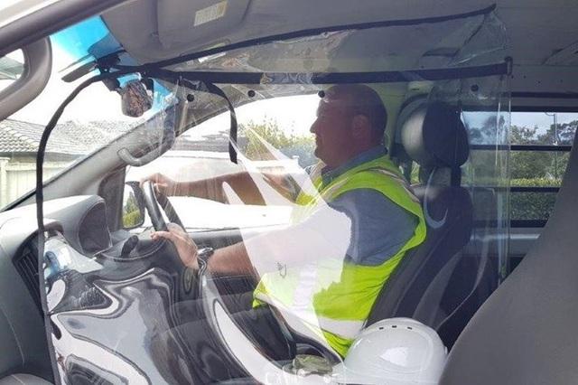 Chiêu độc thời Covid-19: Tự chế vách ngăn trong suốt trên ô tô - 1