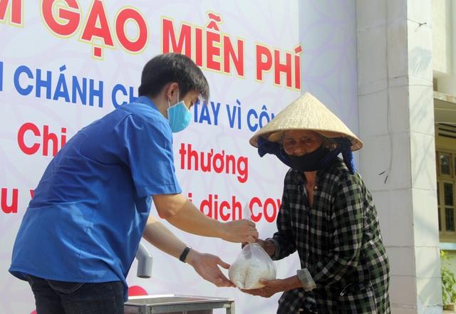 """Trường THPT đặt """"ATM gạo"""" tặng lương thực cho người nghèo - 3"""