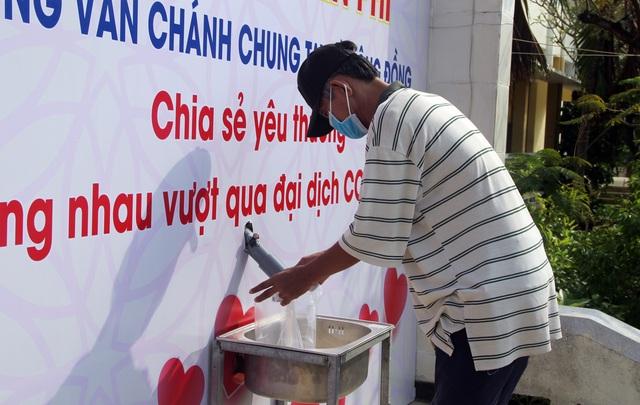 """Trường THPT đặt """"ATM gạo"""" tặng lương thực cho người nghèo - 1"""