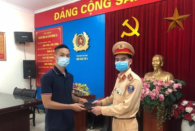 Hà Nội: Nhặt được ví tiền, Trung úy CSGT liền trả lại cho người đánh rơi - 1