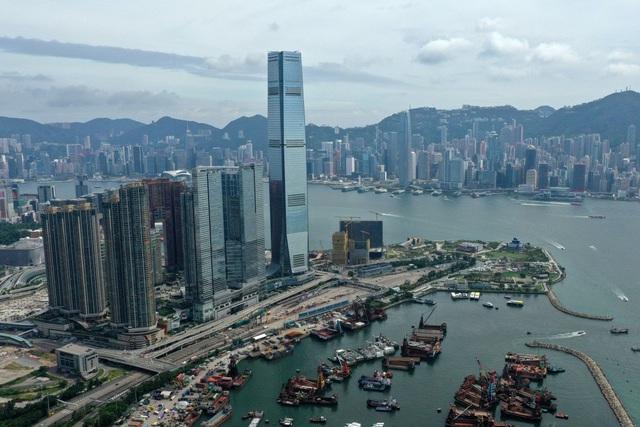 GDP đại lục giảm mạnh, giới đầu tư Trung Quốc bán tháo tài sản ở Hong Kong - 1