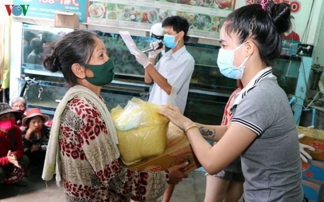 Doanh nghiệp Việt Nam giúp đồng bào tại Campuchia phòng chống Covid-19 - 1