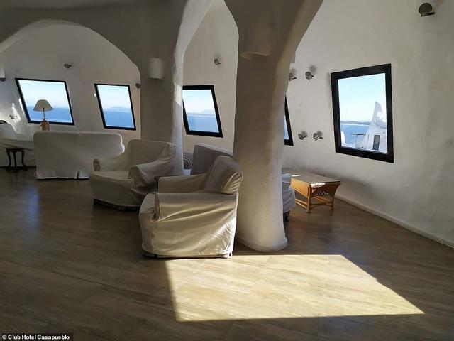 Khách sạn được một nghệ sĩ dành 36 năm để xây dựng trên vách đá cheo leo - 4