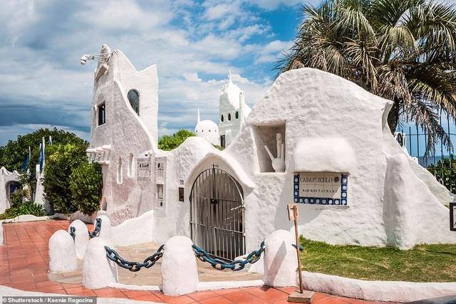Khách sạn được một nghệ sĩ dành 36 năm để xây dựng trên vách đá cheo leo - 5