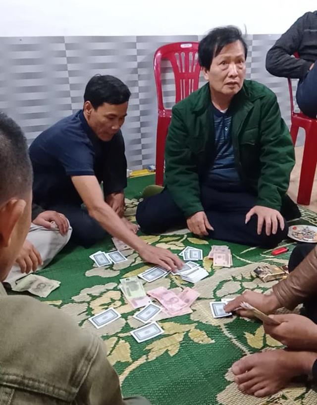 Gia hạn thời gian đình chỉ công tác chủ tịch xã đánh bạc giữa đại dịch - 1