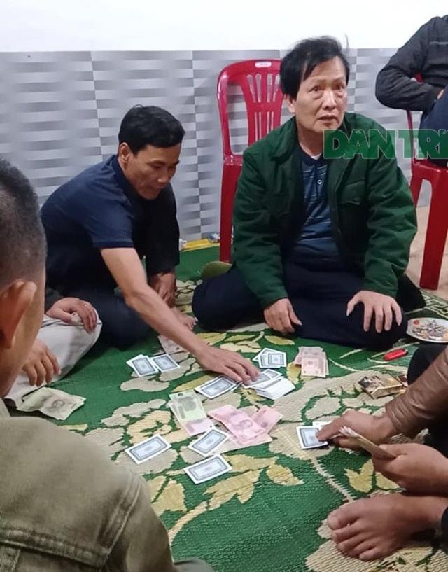 Chủ tịch UBND xã say sưa đánh bạc giữa đại dịch Covid-19 - 1
