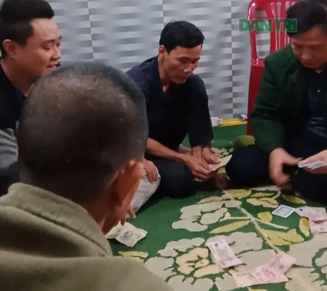 Chủ tịch UBND xã say sưa đánh bạc giữa đại dịch Covid-19 - 2