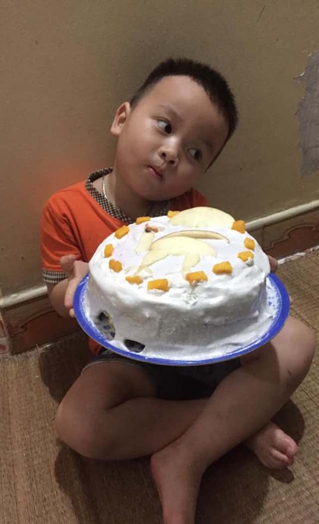 Biểu cảm của bé 3 tuổi khi được tặng bánh khiến dân mạng cười lăn - 2