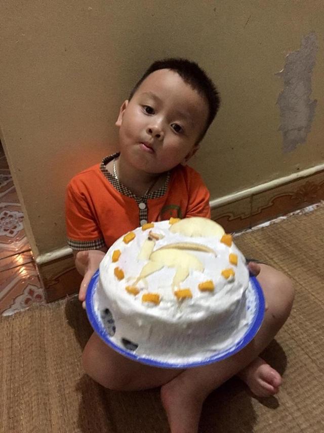 Biểu cảm của bé 3 tuổi khi được tặng bánh khiến dân mạng cười lăn - 3