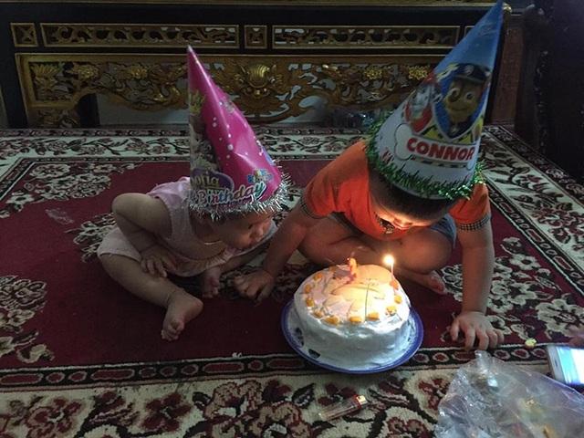 Biểu cảm của bé 3 tuổi khi được tặng bánh khiến dân mạng cười lăn - 5