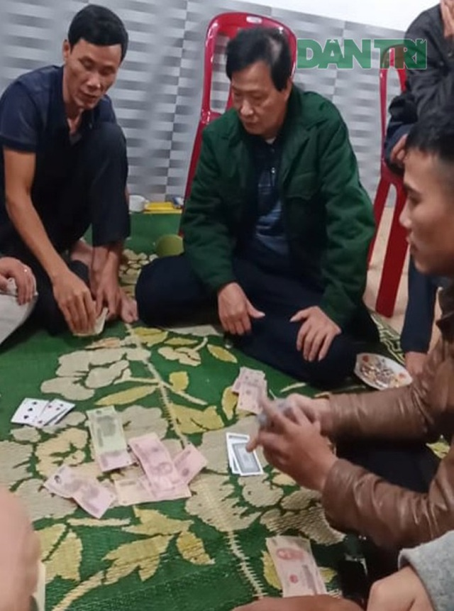 Cách chức chủ tịch xã đánh bạc giữa đại dịch - 2