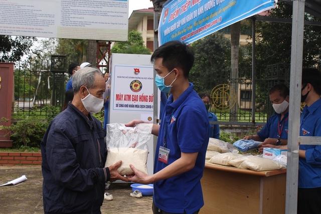 """Đoàn trường ĐH Hồng Đức lắp đặt """"ATM gạo"""" dành cho người nghèo - 3"""