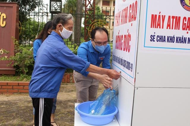 """Đoàn trường ĐH Hồng Đức lắp đặt """"ATM gạo"""" dành cho người nghèo - 4"""