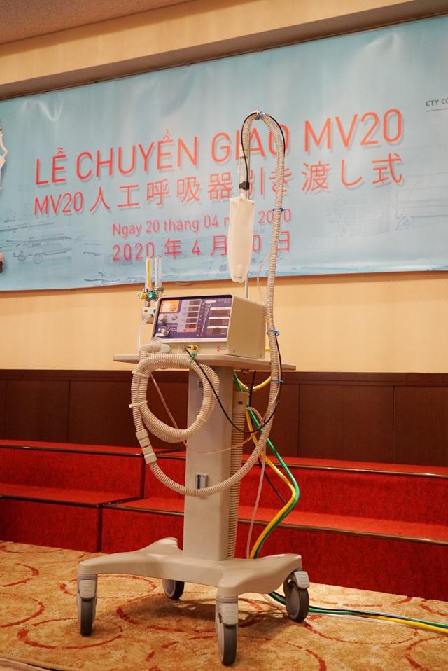 Chuyển giao 2 máy thở đầu tiên trong dự án 2.000 máy thở do ĐH tài trợ - 2