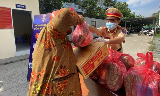 CSGT tặng quà giúp bà con nghèo vượt qua đại dịch - 4