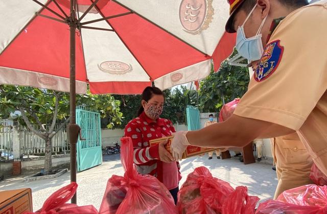 CSGT tặng quà giúp bà con nghèo vượt qua đại dịch - 5