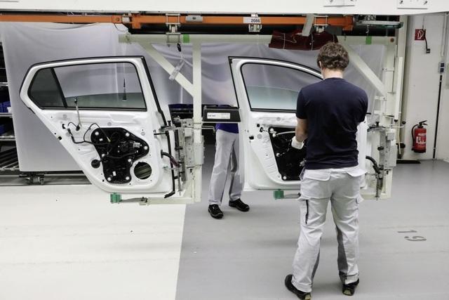 Có gì khác biệt bên trong các nhà máy ô tô mùa dịch Covid-19? - 19