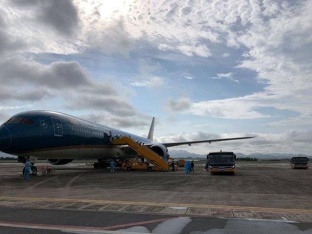 Chuyến bay đưa thiết bị y tế sang ủng hộ Nhật, đón 298 người Việt về nước - 1