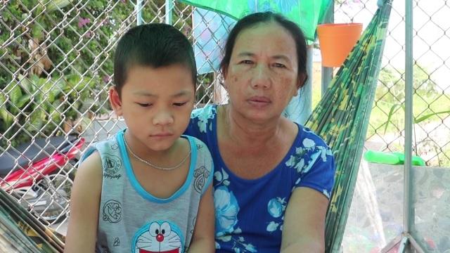 Người mẹ bán vé số ứa lệ ôm nỗi đau tuyệt vọng nhìn con ung thư - 2
