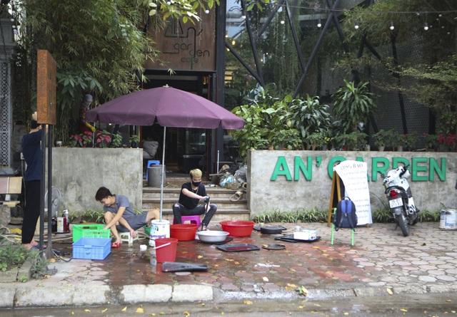 Hà Nội: Các cơ sở kinh doanh tất bật dọn dẹp để mở cửa trở lại - 1
