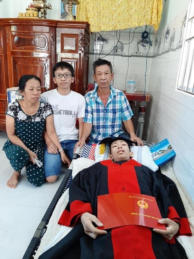 Nam sinh Cần Thơ nhận bằng tốt nghiệp đại học trước lúc qua đời - 2