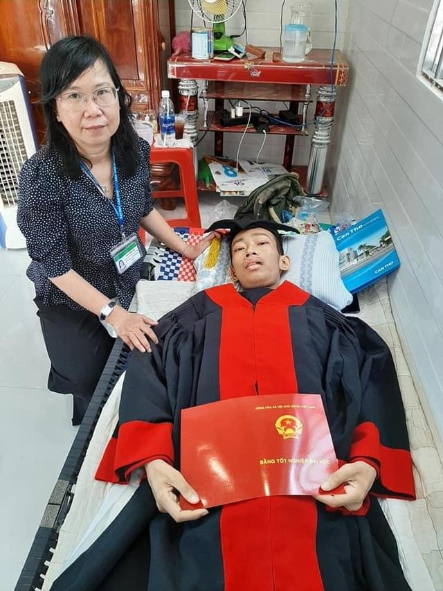 Nam sinh Cần Thơ nhận bằng tốt nghiệp đại học trước lúc qua đời - 4