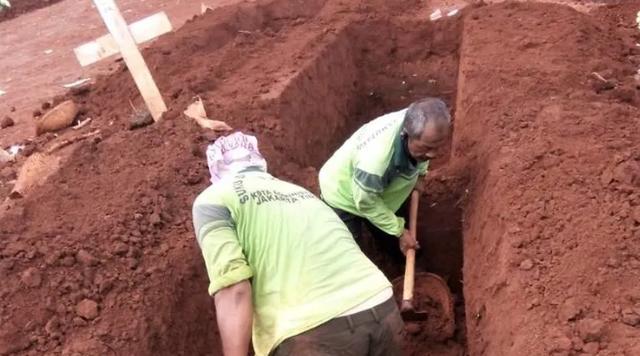 Thợ đào huyệt Indonesia đầu tắt mặt tối vì Covid-19 - 1