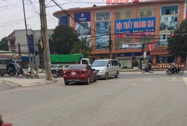 Lái ô tô đi sai phần đường, cô gái còn livestream trên mạng xã hội - 2