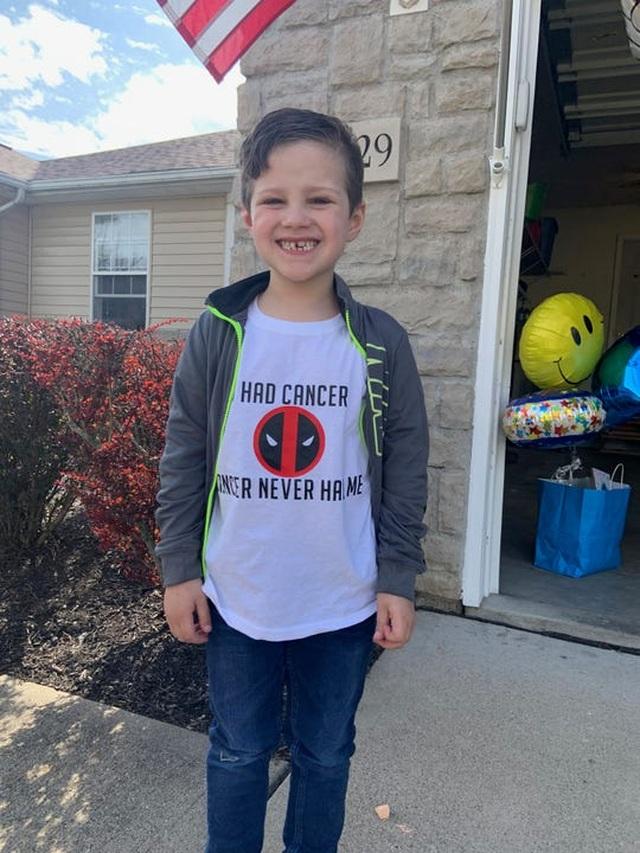 Đoàn xe cảnh sát diễu hành mừng cậu bé 6 tuổi chiến thắng ung thư - 1