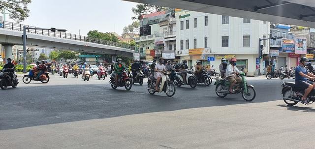 Người Sài Gòn ùa ra đường ngày không cách ly - 7